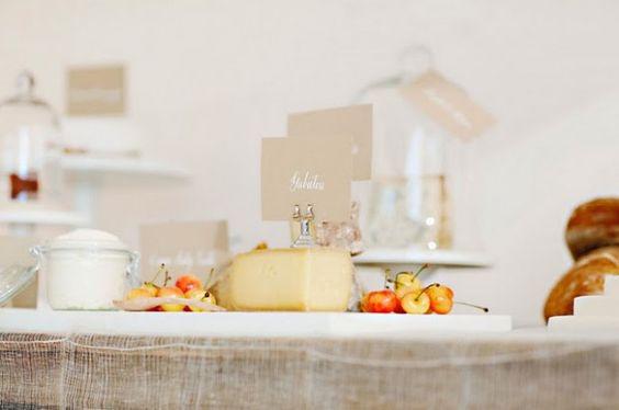 Parce que les plateaux de fromages ressemblent si souvent à ça… … tellement simple, quelques feuilles de salade, des cerceaux de noix pour décorer et la fausse dentelle en papier bien sûr !! Pour sortir un peu de l'ordinaire et ne pas faire comme tout le monde et comme la plupart des traiteurs, voici quelques