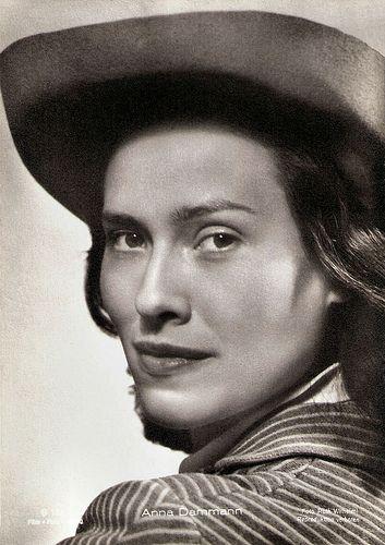 Anna Dammann. German postcard by Film-Foto-Verlag, no. G 162. Photo: Ruth Wilhelmi.