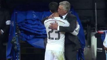 El beso de Ancelotti para festejar el gran partido de Isco. Oct 25, 2014.
