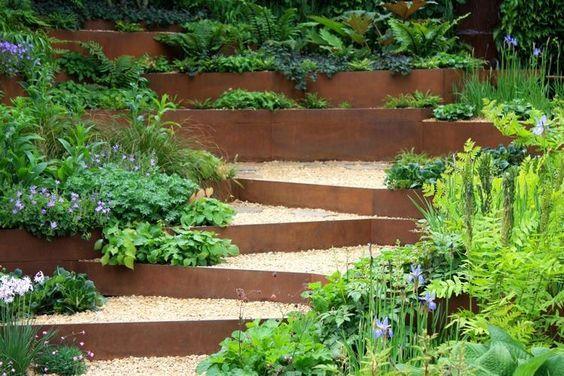 Amenagement Jardin En Pente Avec Gravier Et Plaques En Acier Corten Amenagement Jardin En Pente Jardin En Pente Joli Jardin