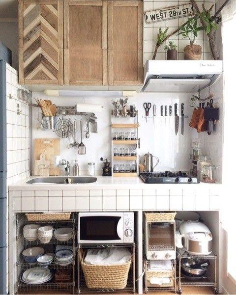 キッチンの収納不足を解消する壁面収納アイデア Suvaco スバコ 狭い家のキッチン 収納 アイデア キッチンとリビングルーム