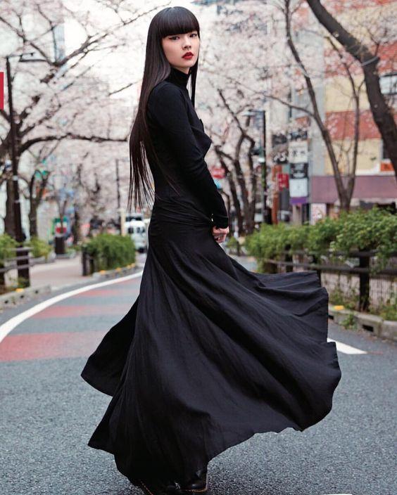スカートをなびかせている秋元梢
