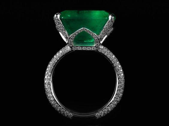 Roxalana, produit Ring white gold, Colombian emerald, white diamonds. @lesfacettesgeneva