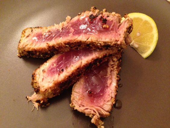 Tagliata di tonno in crosta di sesamo e pistacchi, con limone e salsa di soia. Ricetta semplicissima e di facile esecuzione, con filetto di tonno fresco.