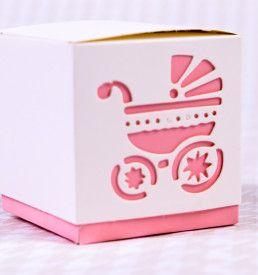 Faça lembrancinhas tão delicadas quanto seu bebê. Nossas caixinhas rosa tem recortes em formato de carrinho de bebê e ficam lindas em um chá de fraldas, chá de bebê ou na maternidade. Você mesmo pode fazer suas lembrancinhas com bombons, trufas, balas, amêndoas, pão de mel ou o que você imaginar.
