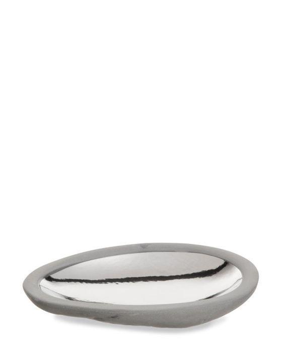 Schälchen mit Platin-Dekor von CANVAS HOME. Dieses ovale Schälchen aus der Kollektion DAUVILLE von CANVAS HOME verzaubert mit einzigartigem Design. Es ist aus hochwertigem Porzellan von Hand gefertigt. Die Aussenseite ist rau, während die Innenseite von Hand platinfarben bemalt und lackiert ist. Das Schälchen ist ideal für kleine Snacks wie Nüsse oder kleines Gebäck.. Jetzt bei globus.ch kaufen.