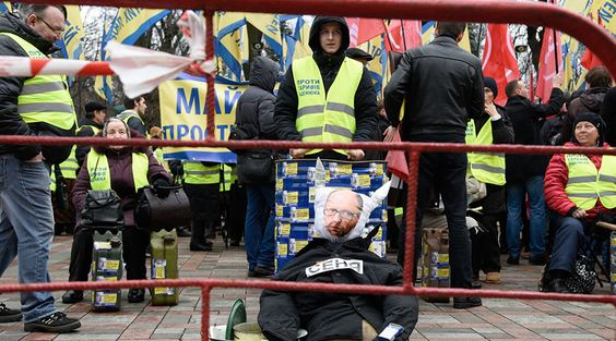 Anti-govt protesters rally in Kiev as Poroshenko calls on PM Yatsenyuk to resign  http://pronewsonline.com  Protesters outside Verkhovna Rada in Kiev demand dissolution of the Ukrainian government and resignation of Prime Minister Arseniy Yatsenyuk. ©Stringer