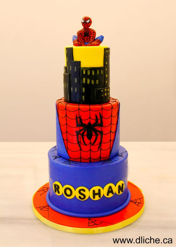 Spiderman surveille la ville ainsi que le gâteau!  Spiderman looks over the city and this cake!