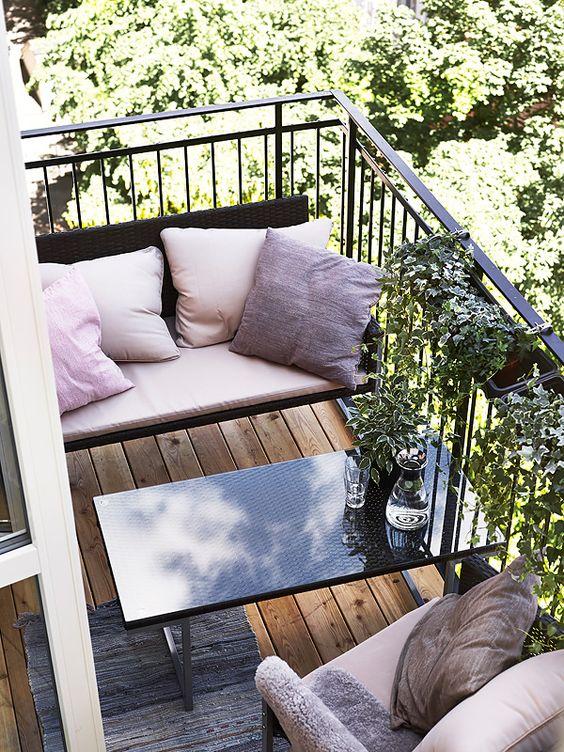 Er vild med de små lette sofaer, der passer præcis på en lille altan. Og at man tager stuens bløde stol med ud i solskinnet: