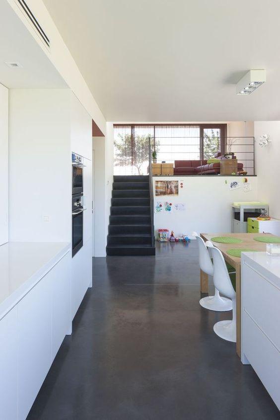 Donkere gepolierde beton in combinatie met een strakke, witte ...