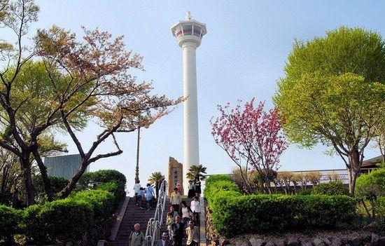 Tháp Busan nằm trong công viên Youngdusan