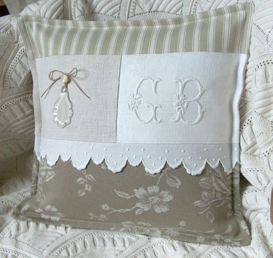 coussin patchwork beige monogramme et pampille