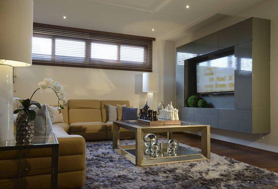Sala area de TV Casa GL : Salas de estar modernas por VICTORIA PLASENCIA INTERIORISMO