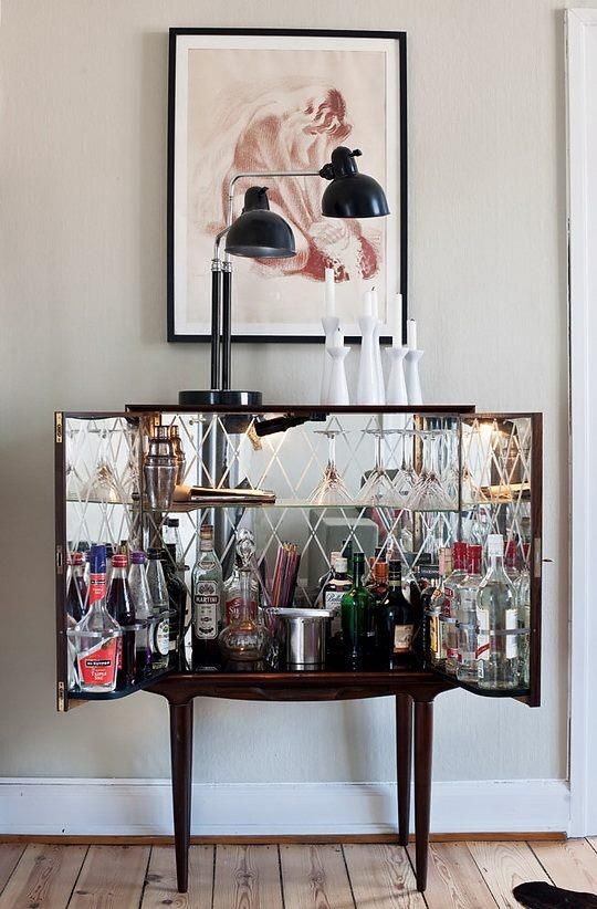 Mirrored drinks cabinet. So cool the way everything reflects. I'm loving the lamp on top too