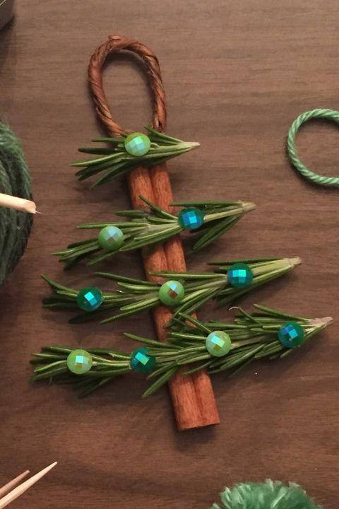 Verwenden Sie Zimtstangen Kieferngirlanden Und Knopfe Um Basteln Weihnachten Naturmaterialien Kinderbasteln Weihnachten Bastelideen Weihnachten