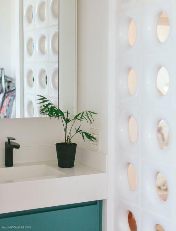 O cobogó separa a área molhada da entrada do quarto garantindo a ventilação e luminosidade.