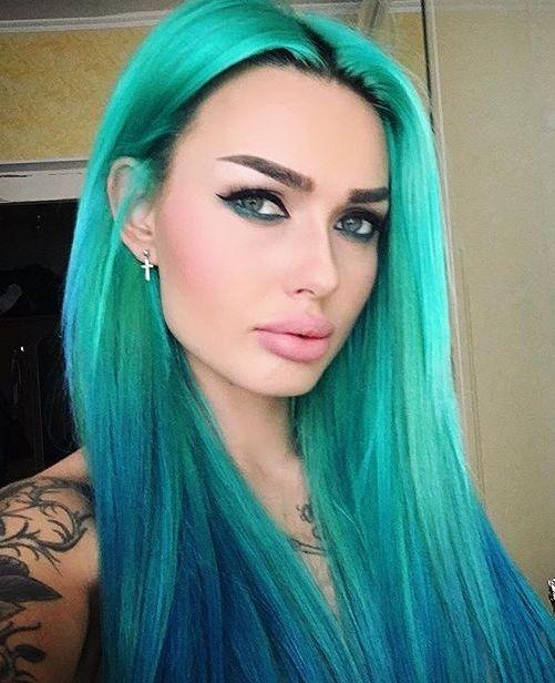 Pelo azul adolescente punk