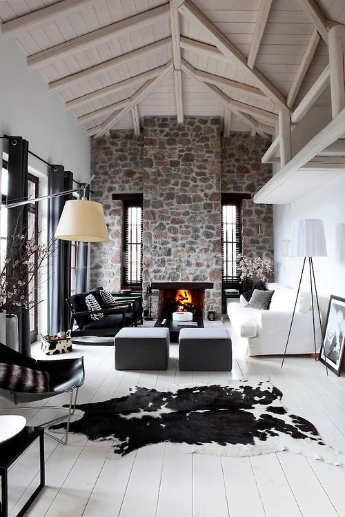 Ventanas verticales, piso blanco, altillo, chimenea.:
