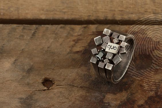 anel unissex Cube by QUO. Feito à mão em prata italiana 925. Composto por múltiplos mini cubos e aplicação de pedra Onix Negra. #cube #rocks #natural #mineral