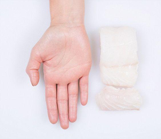 Nutricionista usa a mão para mostrar porções necessárias de cada alimento   Tá Bonito