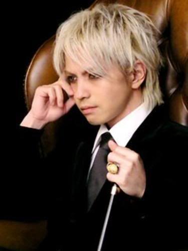 金髪ショートヘアーでソファーに座っているL'Arc〜en〜Ciel・hydeの画像