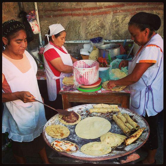 tortillas  enchiladas : garnies de viande et de fromage, roulées puis nappées de sauce tomate et gratinées au four  fajitas : roulées en gros rouleaux, garnies de lanières de boeuf ou poulet cuits et d'un mélange de poivrons rouges, jaunes et verts et de guacamole  tacos : petites tortillas pliées en deux, garnies de viande hachée, de tomates et de laitue  burritos :roulées, garnies de viande hachée, fromage /crudités     quesadillas :tortillas superposées, garnies de fromage et cuites à…