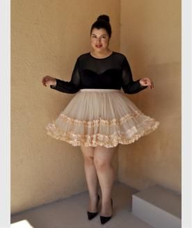 Jay Miranda im romantischen Petticoat, durchsichtigem Oberteil und sexy High Heels