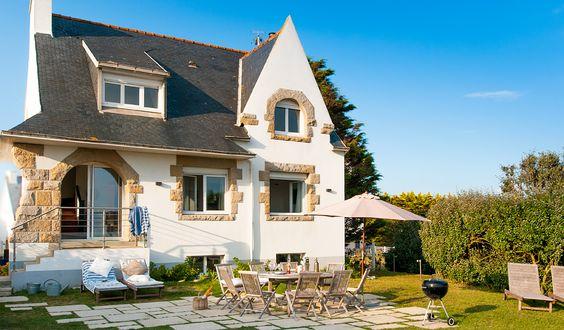 Direkt am Meer und nur 5 Minuten vom Hafen entfernt liegt die Villa des Dunes in dem kleinen bretonischen Fischerstädtchen Lesconil. Von außen erscheint das schiefergedeckte Haus in typisch bretonischer Architektur eher klein, aber innen ...