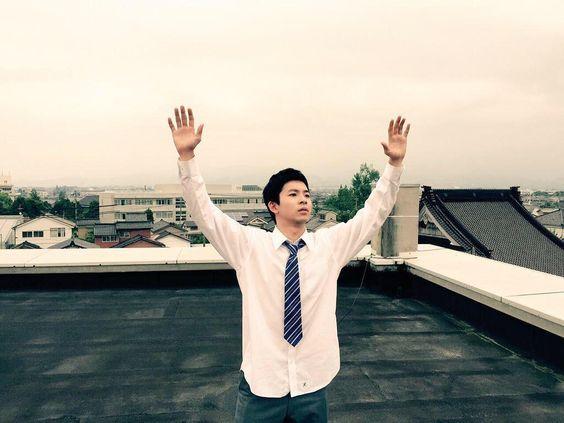 ベランダで両手を上げている太賀のかっこいい画像