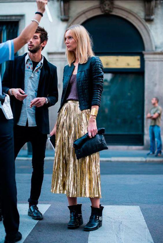 Street style look com saia plissada metalizada.: