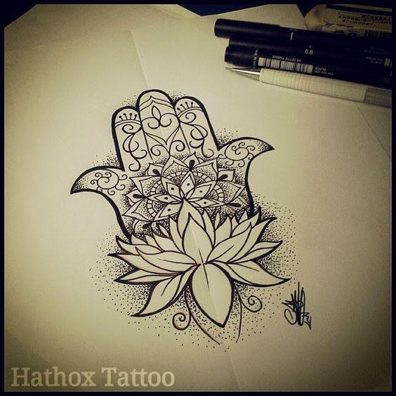 Tatuagens nas mãos de Maria, mão de Fátima e mão de Hamsa com flor de lotus