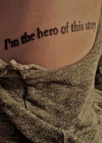 Chica con un tatuaje de una frase en su cuerpo
