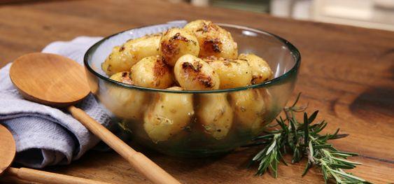 Rosmarinkartoffeln in Honig-Senf-Marinade gelingen ganz einfach in der Pfanne oder auf dem Grill. Wie sie zubereitet werden, zeigt unsere Video-Anleitung.