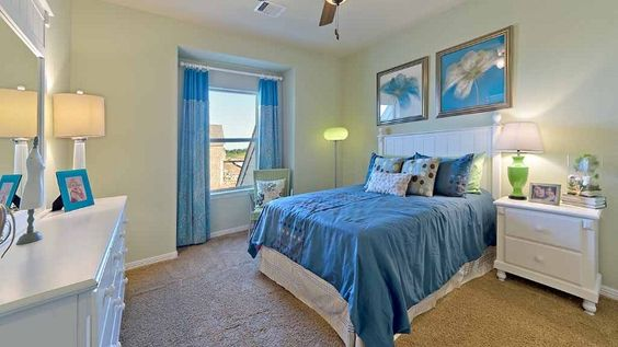 Create a blue color scheme in the guest bedroom to give relaxing #beach vibes. #guestbedroom