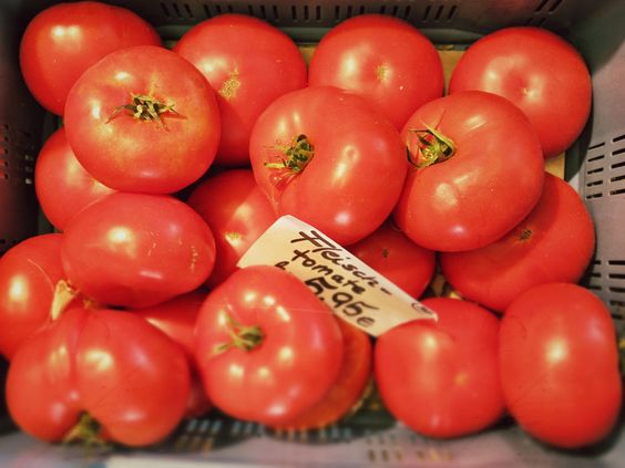 Tomaten - Samstag Morgen gehe ich wann immer es mir möglich ist auf den Markt um frisches Gemüse und Obst zu kaufen. Ich liebe diesen Fleck, hier bekommt man alles was man braucht. Hier ein paar Schnappschüsse.