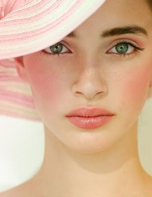 <3 amazing pool or beach makeup. Love the lip color
