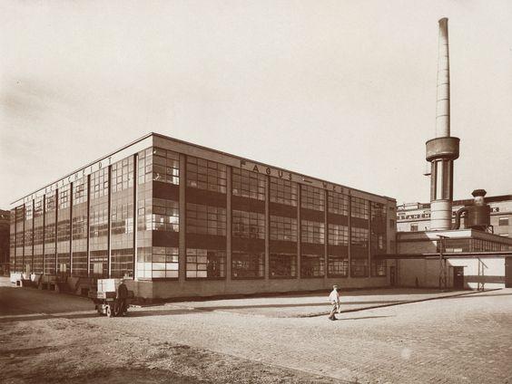 1911/1912: Das Fagus-Werk gebaut von Gropius und Meyer in einer Aufnahme von Edmund Lill