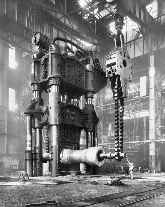 Dampfhydraulische Schmiedepresse (15.000 t) in den Werkstätten der Friedrich Krupp AG, Essen, um 1928, unbekannter Fotograf