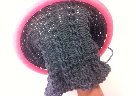 Tejiendo una bufanda tubular o cuello de lana trenzado con - Puntos para tejer lana ...