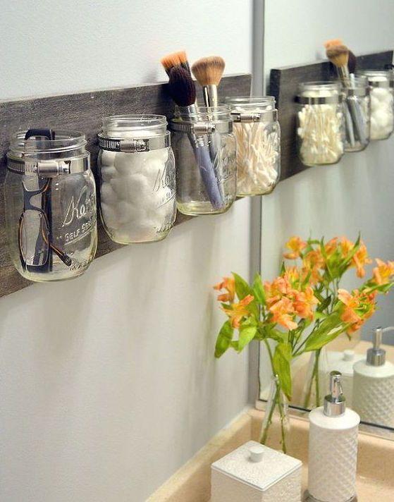 Más trucos en www.ordenarte.es Aprovecha el espacio en el baño colocando botes en las paredes #organización #baños #trucos #ordenencasa #botes #maquillaje #organizaciónpersonal #ordenarte