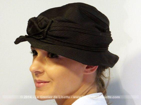Chapeau en tissus rigide à plis avec un superbe noeud sur le devant. Tour de tête 55/56 cm.