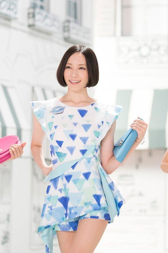 白地にブルーの幾何学模様の衣装を着たのっち