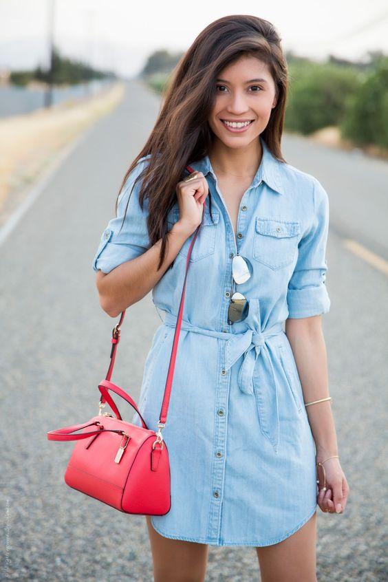 Vestido de jean con bolso rojo y gafas.
