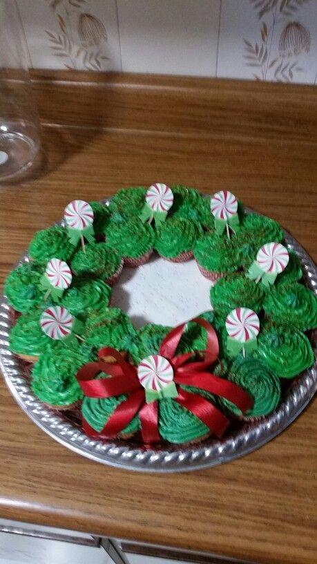 Mi corona de cup cakes para despedida de año...espero les guste!