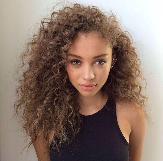 Cheveux boucl s m tisse cheveux boucles quelques id es de coiffures pour les sublimer elle - Coiffure femme boucle ...