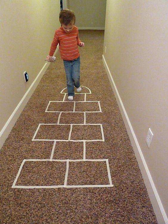 廊下にマスキングテープでけんけんぱができる線を引いている