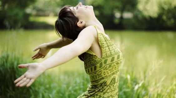 Dès l'adolescence, notre posture se dégrade, aussi bien debout qu'assis. Pour y remédier, je vous propose 3 exercices qui, bien que simples en apparence, demandent une grande concentration