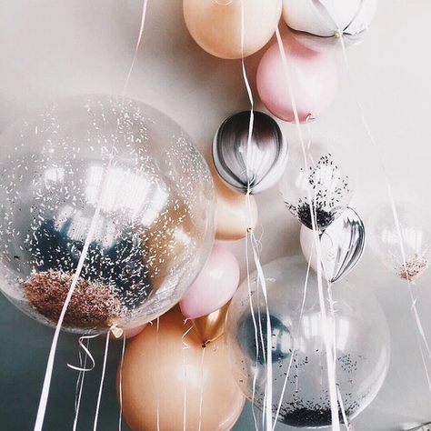 Loving the pop of metallic in this balloon selection: