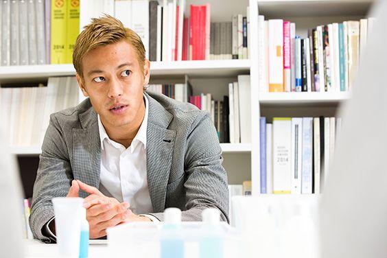 インタビュー中の本田圭佑さん