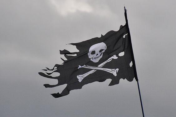 破れた旗にドクロマーク